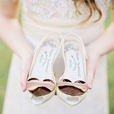"""Para mim, o mais importante é o casamento ser a cara dos noivos em absolutamente todos os aspectos! Não vejo sentido em usar algo no dia do casamento que fuja completamente o seu estilo só por ser parte da tradição ou do que """"se espera"""" de um casamento ou de uma noiva. Se você é uma noivinha que não se sente muito confortável usando salto então, se casar de sapatilha pode ser uma excelente opção para você! Hoje no blog tem muitas dicas e inspirações, vem ver: WWW.BERRIESANDLOVE.COM (link na…"""