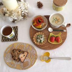 リンカや、イイホシユミコ、マリメッコ、鹿児島睦、バラバラのテイストでもこんなにまとまったテーブルコーディネートになりますよ。 カフェにも負けません。