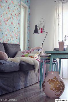 olohuone,tapetti,vaasi,värikäs,sohva,vaaleat sävyt,harmaa,sininen,lila,violetti,värikäs koti