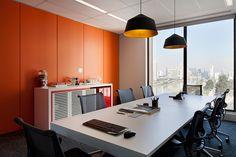 Two Design | Heads Propaganda Sala de reunião com divisória em marcenaria laranja, pendentes pretos, aparador para café e mobiliário contemporâneo.
