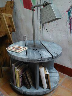 Mesa / Librero / Lámpara con Carrete Reciclado.