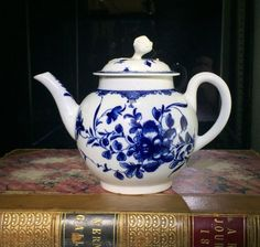 Worcester teapot, underglaze blue 'Mansfield' pattern, c. 1765