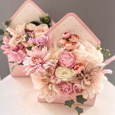 Igazán bájos boríték alakú virágdoboz, melyben élethű selyemvirágokból készül tűzött kompozíció. Tökéletes választás, ha nem a megszokott virágdoboz formákkal szeretne meglepni valakit. A virágboríték más szinvilágban is rendelhető, kérlek ebben az esetben, keress minket elérhetőségeinken a rendelés leadása előtt. Az ár egy darabra vonatkozik. Megbízható virágküldés Budapesten – csakis a BREE virággal! Floral Wreath, Wreaths, Decor, Floral Crown, Decoration, Door Wreaths, Deco Mesh Wreaths, Decorating, Floral Arrangements