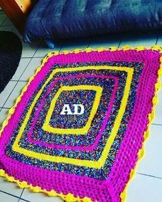 Égayez votre intérieur d'un nouvel essor en optant pour ce tapis rond crocheté en pagne.  Ce magnifique tapis deviendra la pièce maîtresse de votre déco par ses teintes enjouées et son style contemporain empli de modernisme.