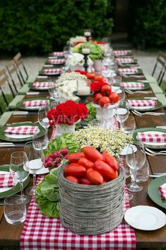Italian dinner party tablescape, Love the red gingham, tomatoes and radishes mixed with flowers Italian Party Decorations, Deco Buffet, Deco Champetre, Pizza Day, Beautiful Table Settings, Country Table Settings, Casual Table Settings, Decoration Table, Summer Table Decorations