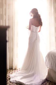 結婚式当日に、お支度ショットを撮影したいプレ花嫁のみなさん** 柔らかな光の差し込む 「窓際」 で、憧れのショットを撮影してみませんか? 今回は、海外の先輩花嫁さんをお手本に、「窓際ショット」 を素敵に撮影するためのポーズやコツを解説しちゃいます♪