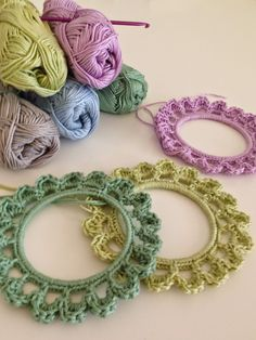 Wat heb je nodig: * Een ring ( van metaal, karton of plastic) met een diameter van 10 cm.Ik gebruikte een dun metalen armbandje. * Katoen (of wol) voor haaknaalddikte 3mm.Voor deze lijstjes gebruikte