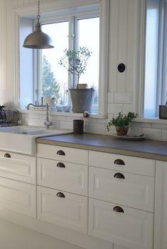 white kitchen, love window frames...