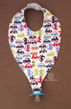 Pacifier holder bib with cotton fabric front and terry cloth back. Tic-tac button closure with two adjustments. Baby Boy Knitting Patterns, Baby Bibs Patterns, Baby Knitting, Crochet Baby, Baby Sewing Projects, Sewing For Kids, Sewing Baby Clothes, Bib Pattern, Diy Bebe