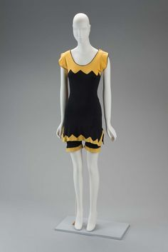 Vintage Fashion: An extremely fashionable yellow and black cotton jersey swimsuit with a chevron pattern. Circa Photo Credit: Museum of Fine Arts, Boston 1920 Style, Flapper Style, 20s Fashion, Fashion History, Fashion Brands, Vintage Fashion, 1920s Swimsuit, Swimsuit Cover, 1920s Bathing Suits