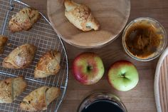 Kærnemælkshorn med æble og karamel