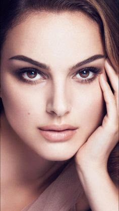 Beauty In Portrait Natalie Portman, Beauty Tips For Girls, Actrices Hollywood, Celebrity Portraits, Great Hair, Girl Face, Beautiful Eyes, Beautiful Women, Famous Faces