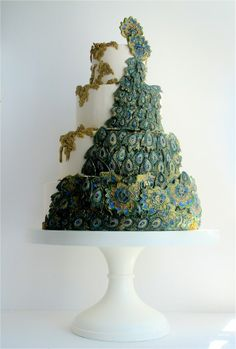 We love this sugar feather-covered confection from the genius Maggie Austin Cake via The Bridal Circle. We love this gorgeous wintery Reem Acra gown for any bride-to-bee. Peacock Foods, Peacock Cake, Peacock Wedding Cake, Peacock Theme, Deco Wedding Cake, Wedding Cake Stands, Pretty Cakes, Beautiful Cakes, Amazing Cakes