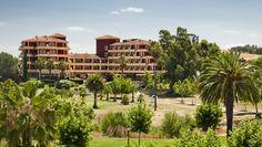 Una bonita vista de la fachada de #ILUNION Golf Badajoz. ¿Te vienes? ¡Tienes mucho que descubrir!