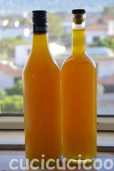 La ricetta per l'arancello in due versioni. E' un modo perfetto per usare le bucce di tutte quelle arance della stagione di agrumi e un'ottima idea regalo!