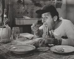 """Anche un """"Americano a Roma"""" mangiano #spaghetti :) Alberto Sordi - Un americano a Roma (1954) regia di Steno"""