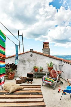 A natural roof is a roof that really is were taught in herbs, which lowers stormwater run-off and lessens chilling costs. Rooftop Terrace Design, Rooftop Garden, Rooftop Party, Rideaux Boho, Country Style Magazine, Terrasse Design, Pergola Designs, Pergola Plans, Backyard Pergola