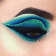 Looking for for inspiration for your Halloween make-up? Navigate here for creepy Halloween makeup looks. Bright Eye Makeup, Makeup Eye Looks, Eye Makeup Steps, Eye Makeup Art, Colorful Eye Makeup, Beautiful Eye Makeup, Eye Makeup Remover, Crazy Makeup, Skin Makeup