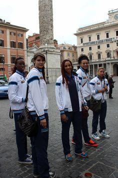 Le Azzurre a Piazza Colonna, Roma.