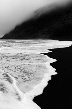 Fotos strand, black sand, black and white beach, black ocean, black and whi Landscape Photography, Art Photography, Photography Wallpapers, Dreamy Photography, Black And White Aesthetic, Usa Tumblr, Black And White Pictures, Belle Photo, Black And White Photography