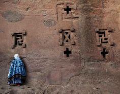 Lalibela. Anciana recorre el muro de Santa María