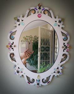Espelho Veneziano com aplicações em cristais, peças, pedras, chatons entre outros. Ideal para observar meio corpo. Muito decorativo. Quando fizer a compra, enviar uma mensagem dizendo qual cor deseja.