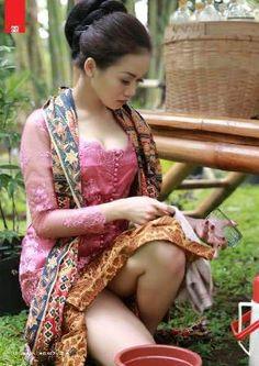 penjual jamu bugil at DuckDuckGo Asian Cute, Sexy Asian Girls, The Most Beautiful Girl, Beautiful Legs, Beautiful Pictures, Batik Kebaya, Beauty Magic, Susanoo, Indonesian Girls