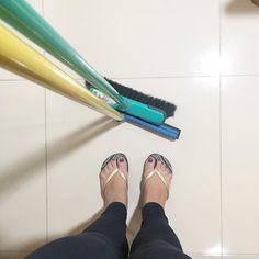 """Então vamos lá deixar a """"vida mansa"""" de lado hora de limpar e organizar claro com cautela não vou sair arrastando todos os móveis da casa né  . Até porque por aqui sempre mantenho cada item no seu lugar e facilita muito na hora de limpar. . Bom poder voltar a ativa sexta-feira a casa vai ficar plim para o fim de semana. { autoral} . . #decasalimpa #cleosilvaoliveira #boatarde #limpeza #organizer #donadecasa #vidareal #rotina"""