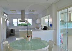 O conjunto de mesa e cadeiras brancas confere um toque descontraído e aconchegante à copa e acomoda até seis pessoas para um café da manhã mais informal.