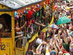 Bloco Vem pro Trem das Onze desfila no pré-Carnaval do Jaçanã