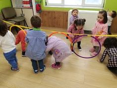 Guardería Los Pitufos .- Saldaña: Psicomotricidad gruesa (Juegos con aros) Action Games For Kids, Physical Activities For Kids, Educational Activities For Kids, Gross Motor Activities, Fun Games For Kids, Toddler Activities, Learning Activities, Kids Learning, Preschool Colors