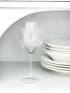 Designed by Anu Pentik, the appearance of Vanilja (Vanilla) glassware repeats the gentle pattern of the tableware. Wine Glass Designs, Vanilla Flavoring, White Wine, Alcoholic Drinks, Tasty, Plates, Tableware, Sweet, Pattern