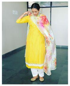 Patiala Suit Designs, Kurta Designs Women, Kurti Designs Party Wear, Salwar Designs, Punjabi Suit Neck Designs, Stylish Dress Designs, Designs For Dresses, Stylish Dresses, Outfit Designer