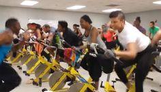 Fitness Eğitmeninin verdiği enerji ile bisiklet üzerinde egzersiz yapan kadınları görünce siz de yerinizde duramayacaksınız. Kalori yakmak ve kilo vermek için mükemmel bir egzersiz çalışması.