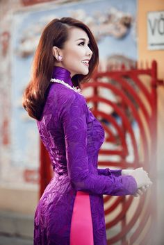 The pattern in this Aodai makes you have the feeling that you can feel the pattern on the surface.