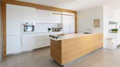 Deze keuken heeft een warme, maar minimalistische uitstraling door de combinatie van de kleur wit en eikenhout. #keuken #intereur #interior #design #warm #sfeer #rust #minimalistisch #minimalist #eiken #eikenhout #oat #oatwood