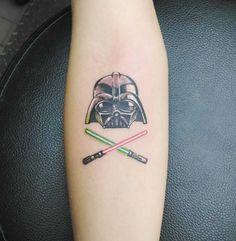 Stormtroopers, Boba Fett, Darth Vader, sabres de luz e outros elementos do universo Star Wars transformados em tatuagens mais discretas.