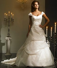 Google Afbeeldingen resultaat voor http://www.thebridaloutlet.org/images/Bridalane_Wedding_Gown_Style_654_201103975.jpg