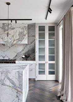 With a nod to its adorned past, Toorak Residence by Hecker Guthrie pays respect to the home's original Art Deco features through a refined lens. Home Design, Interior Design, Interior Ideas, Interior Exterior, Kitchen Interior, Herringbone Marble Floor, Hecker Guthrie, Steel Frame Doors, Country Look