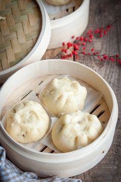 """Chińskie bułeczki na parze BAOZI to nic innego jak """"kluski gotowane na parze, charakterystyczne dla kuchni chińskich, ale jadane także w Malezji i Singapurze. Popularne w restauracjach chińskich na całym…"""