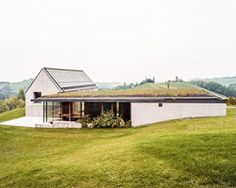 set on a hillside surrounded by vineyards in southern austria, house T is by architect ulrike tinnacher. despite the exposed location, the restrained materiality and form allows the architecture to. Building Structure, Building A House, Riverbank House, Haus Am Hang, Scandinavian Architecture, Scandinavian Modern, Moderne Pools, Modern Barn House, Journal Du Design