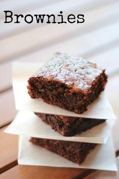Avete una irrefrenabile voglia di un dolce cioccolattoso? Ecco per voi i Brownies, i mitici quadrotti al cioccolato americani. Tra tutte le ricette provate questa di Laurel Evans è quella che più mi piace e che più si avvicina a quelli gustati durante il mio viaggio nella Grande Mela qualche