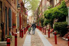 Elfreth& Alley was home to the people who were the backbone of colonial Philadelphia. While a city has sprung up around it, the alley preserves 300 years of evolution through old-fashioned flower boxes, shutters, Flemish bond brickwork and more. The Places Youll Go, Places To Go, Visit Philadelphia, Summer Vacation Spots, Last Minute Travel, All I Ever Wanted, Free Things To Do, Old City, Walking Tour