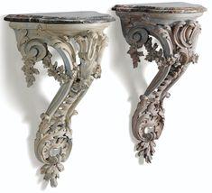 Paire de consoles d'applique en bois sculpté relaqué de style Louis XV; Haut. 65 cm, larg. 41 cm, prof. 23 cm Height 25 1/2 in; width 16 in; depth 9 in