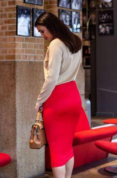 Kokerrok Helen vuurrood gecombineerd met een beige trui en cognac kleurige tas Blouse, Womens Fashion, Skirts, Style, Swag, Blouses, Women's Fashion, Skirt