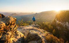 https://flic.kr/p/ALC4Vn | Explore new paths | Der Beginn eines Tages, wie es ihn kein zweites Mal gibt. Üblicherweise kehre ich nach so einem Morgen wieder heim und bringe zum Frühstück frische Brötchen mit. Dieses Mal sollte der Tag draußen in der Natur aber nicht mit dem Sonnenaufgang enden. Kurze Zeit später traf ich mich mit Freunden und wir unternahmen bei herrlichem Novemberwetter und heftigen Sturmböen eine ausgiebige Tageswanderung auf unbekannten Wegen. Erst nach Sonnenuntergang…