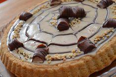 La Torta Kinder bueno è una crostata con base morbida,decorata con la Nutalla per creare un effetto fiore.Bellissima da vedere si mangerà solo con gli occhi
