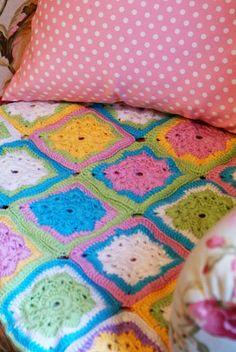 Snowflake granny square http://lanasyovillos.com/grannys/snowflake