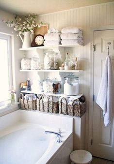 Il n'y a jamais trop de tablettes dans la salle de bain pour y loger tous ces articles à notre toilettage.