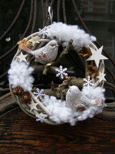 Zimní+pírka+III.+Zimní+či+vánoční+věneček+na+přírodním+korpusu+o+průměru+21+cm+se+dvěma+keramickými+ptáčky,+dřevěnými+hvězdičkami,+saténovými+vločkami+a+modřínovými+šiškami. +Poslední+kus+s+ptáčky+!